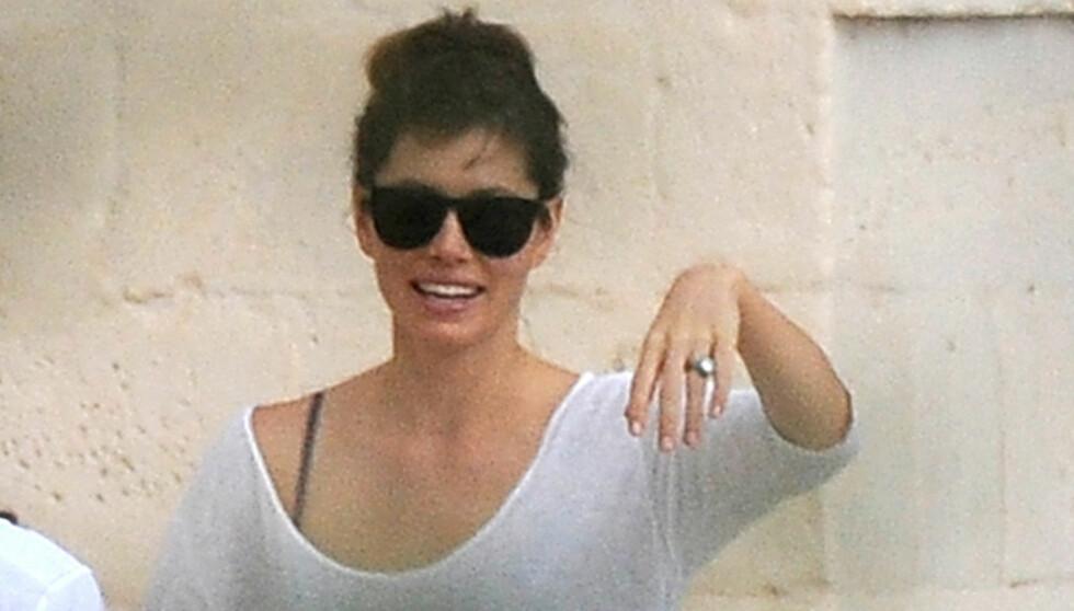 RINGEN: En tydelig fornøyd Jessica Biel viste frem gifteringen til paparazzifotografene. Foto: FameFlynet