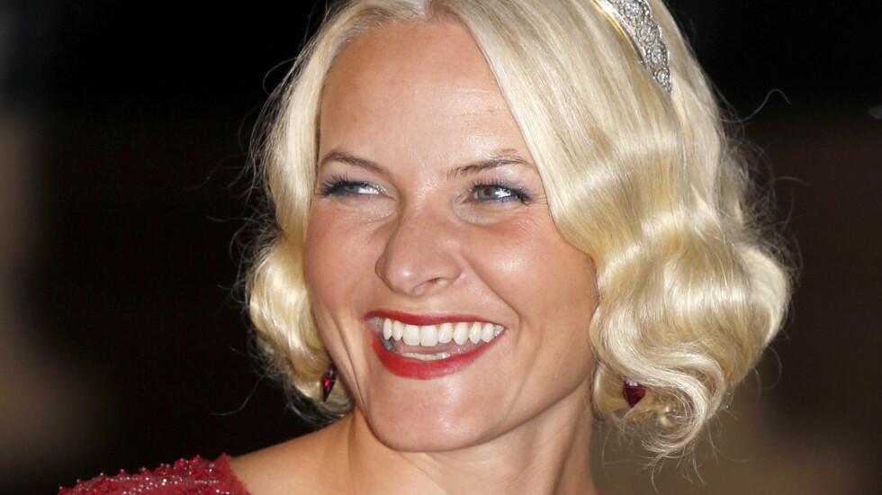 GODT HUMØR: Mette-Marit strålte da hun ankom festen og smilte og lo til fotografene.  Foto: FameFlynet Sweden