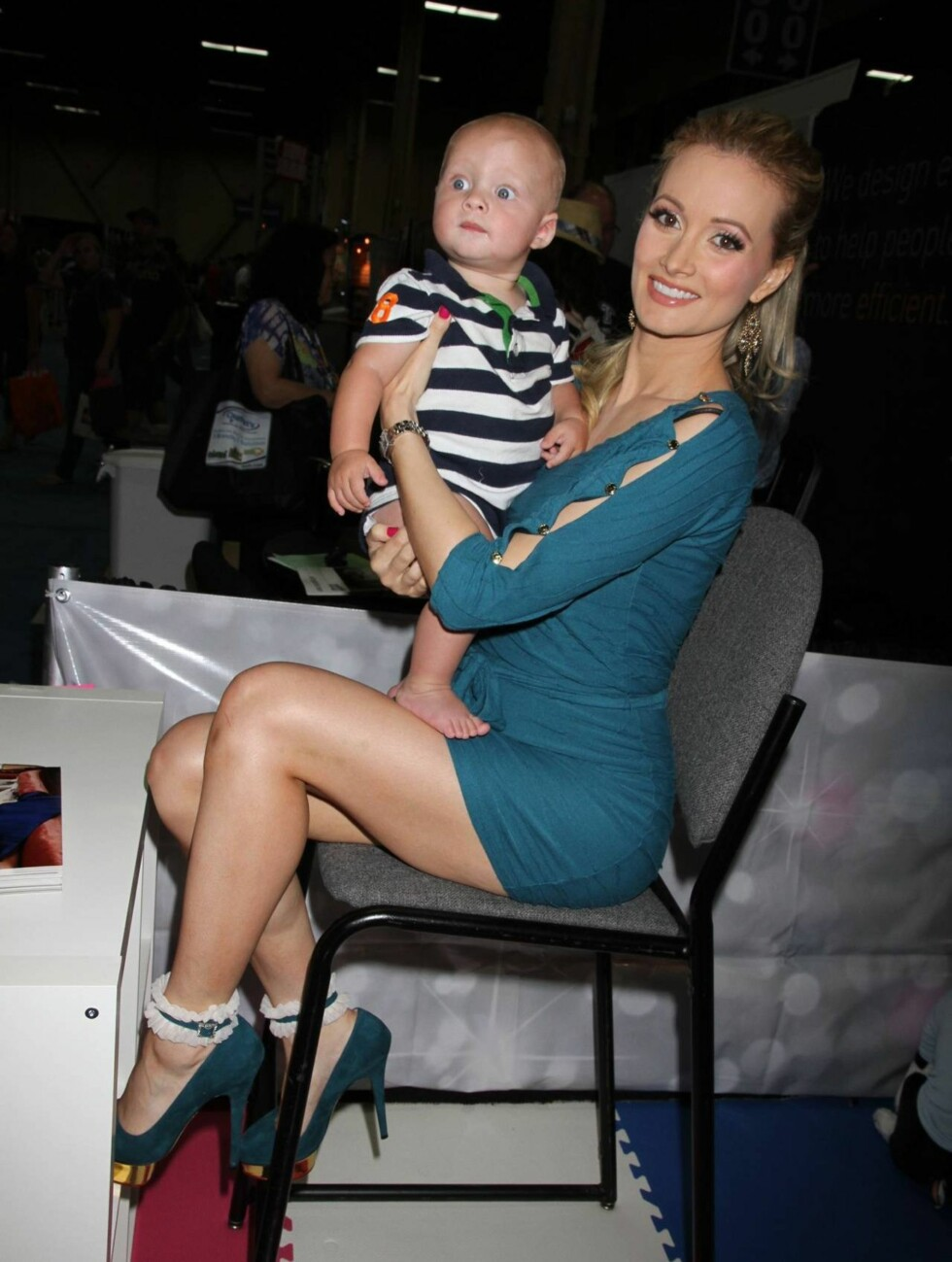 KOS: Holly Madison øver seg på morsrollen. Foto: All Over Press
