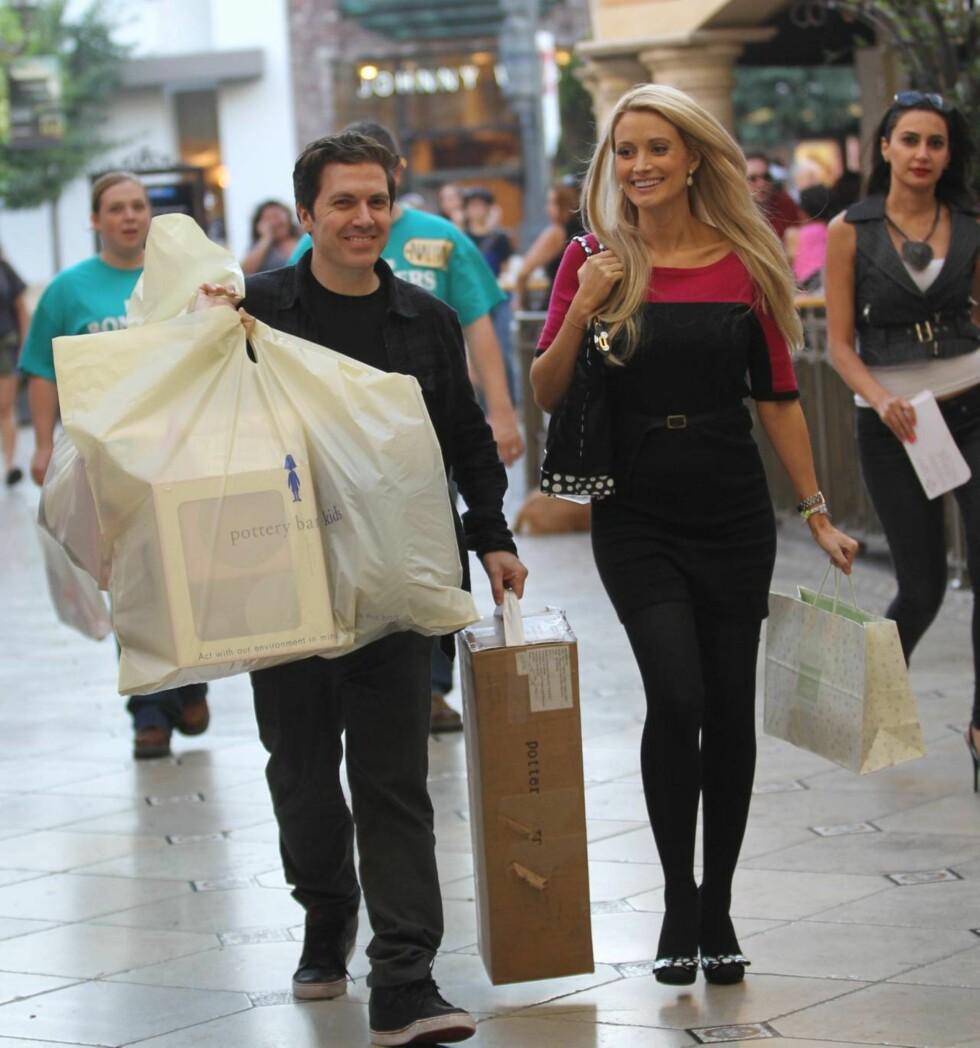 LYKKELIGE: Holly Madison og kjæresten Pasquale Rotella shoppet ting til den lille i Hollywood nylig. Foto: All Over Press