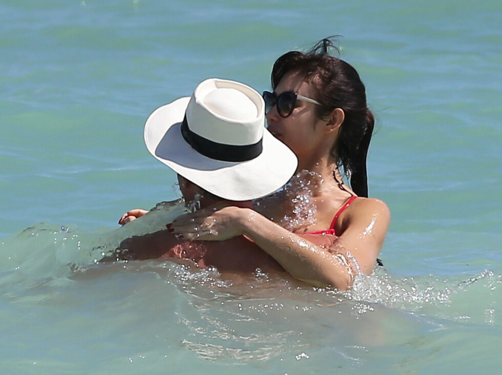 ROMANTISK BADEFERIE: Olga og Danny storkoste seg sammen i Miamibølgene. Foto: FameFlynet