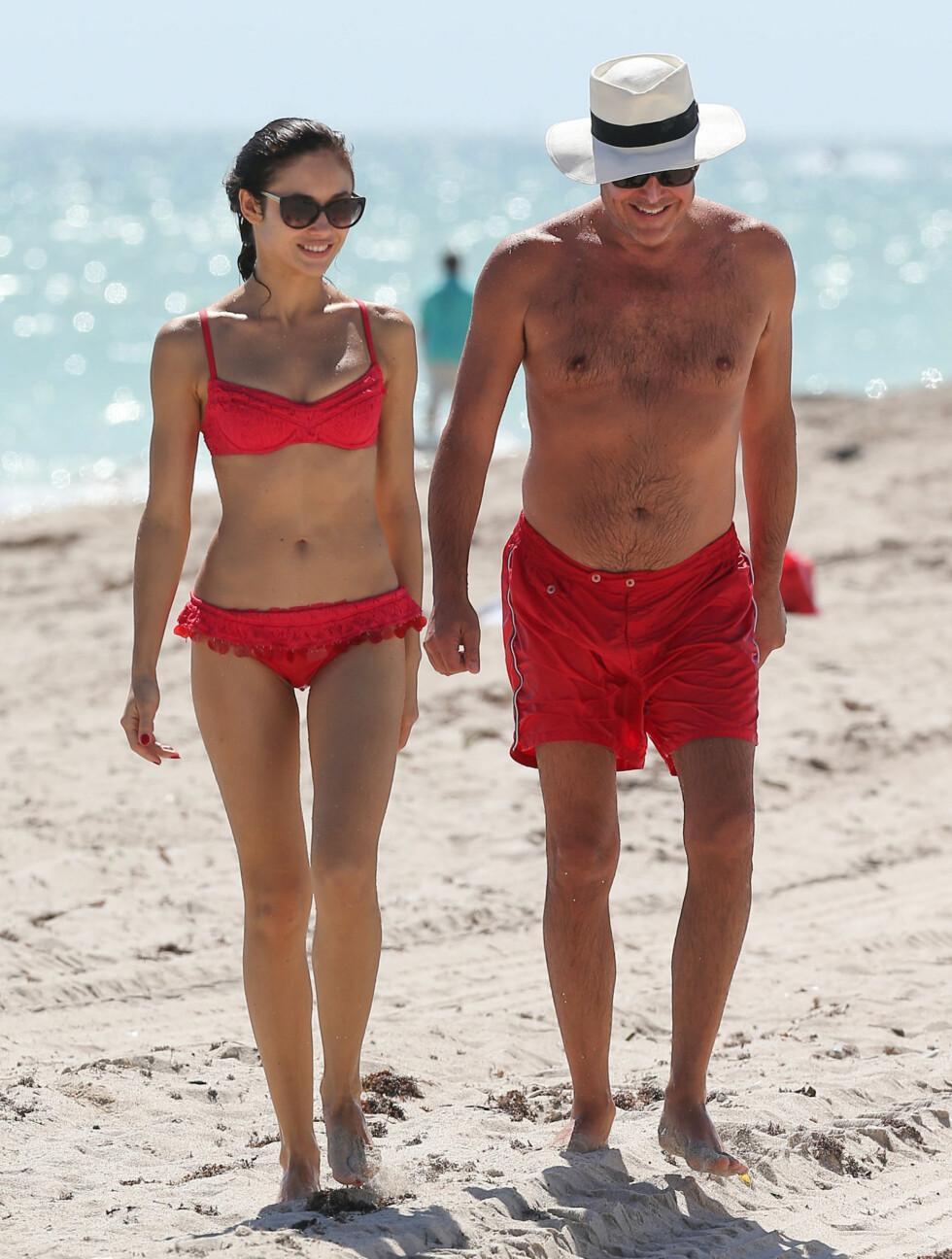 MATCHENDE BADETøY: Både Olga og Danny foretrekker kjærlighetens farge på badetøyet. Foto: FameFlynet