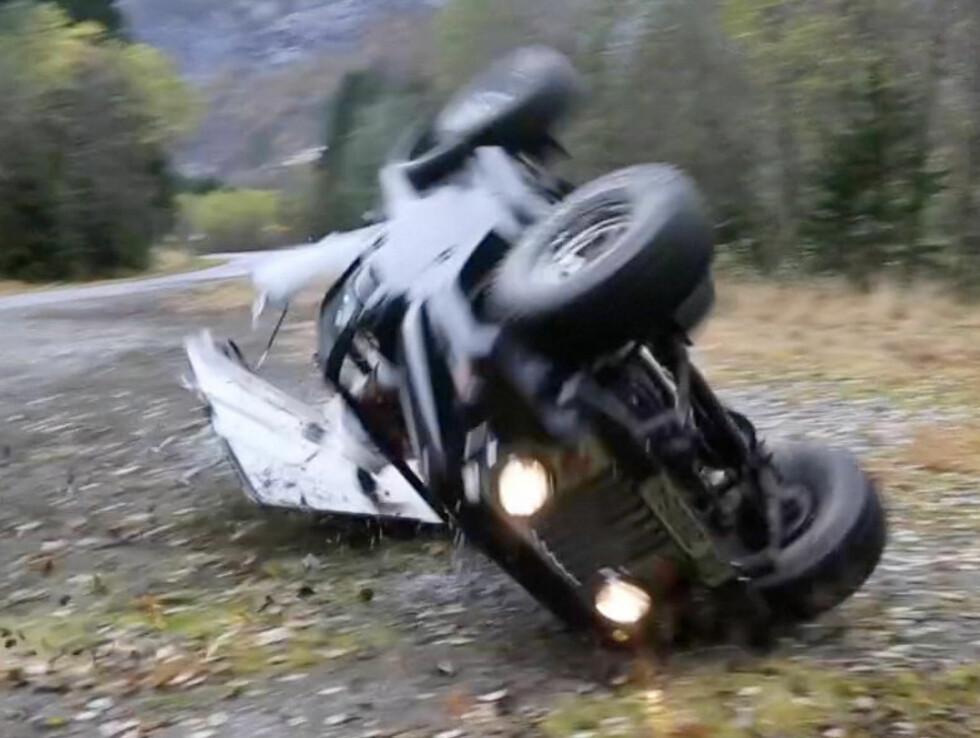 STORE SKADER: Bilen fikk kraftige skader i rundtvelten.  Foto: Erlend Haukeland/Se og Hør