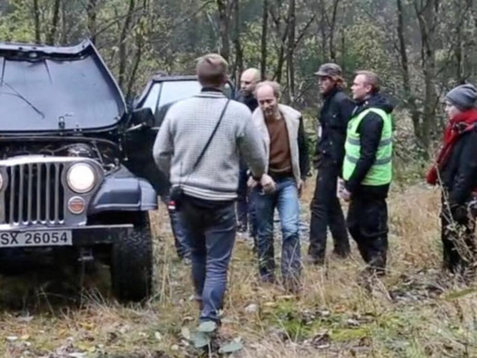 RYSTET: Aksel Hennie kom seg til slutt ut av bilen og gikk selv.   Foto: Erlend Haukeland/Se og Hør