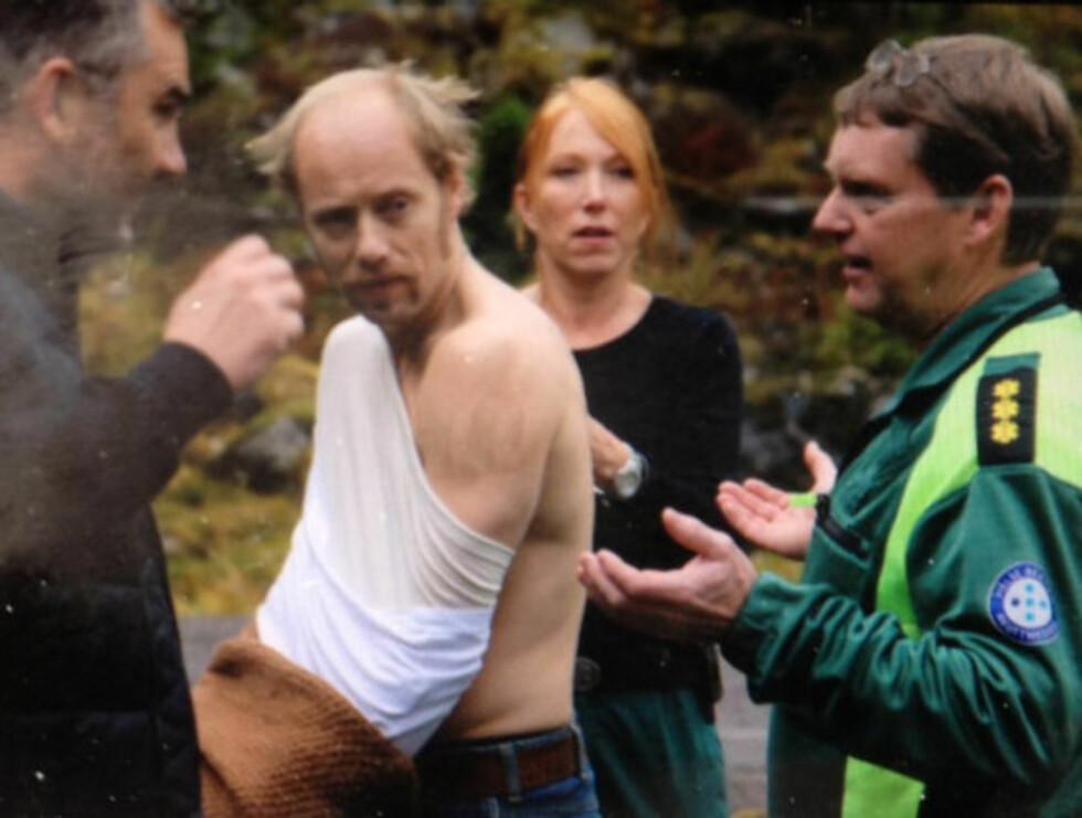 SJEKKET: Slik så det ut da Aksel Hennie ble sjekket for skader på settet før han ble fraktet bort i ambulanse. Foto: Erlend Haukeland/Se og Hør