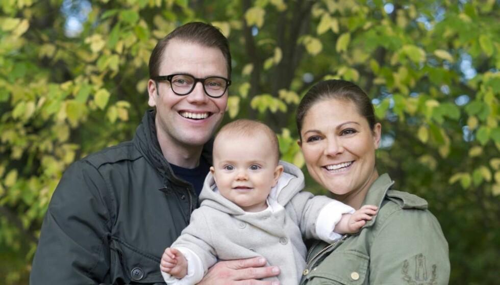 FAMILIEN STRÅLER: Kronprinsesse Victoria og prins Daniel stortrives sammen med lille prinsesse Estelle.  Foto: Kungahuset.se
