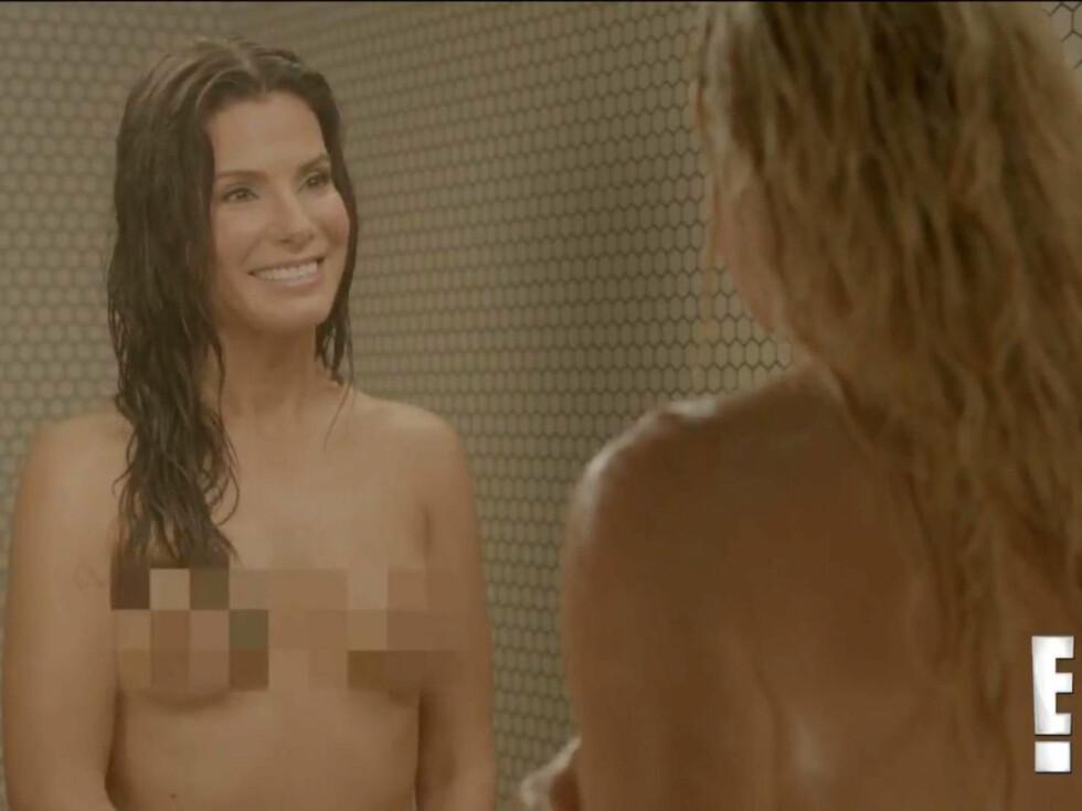 KASTER KLÆRNE: Sandra Bullock overrasket på «Chelsea Lately». Foto: FameFlynet