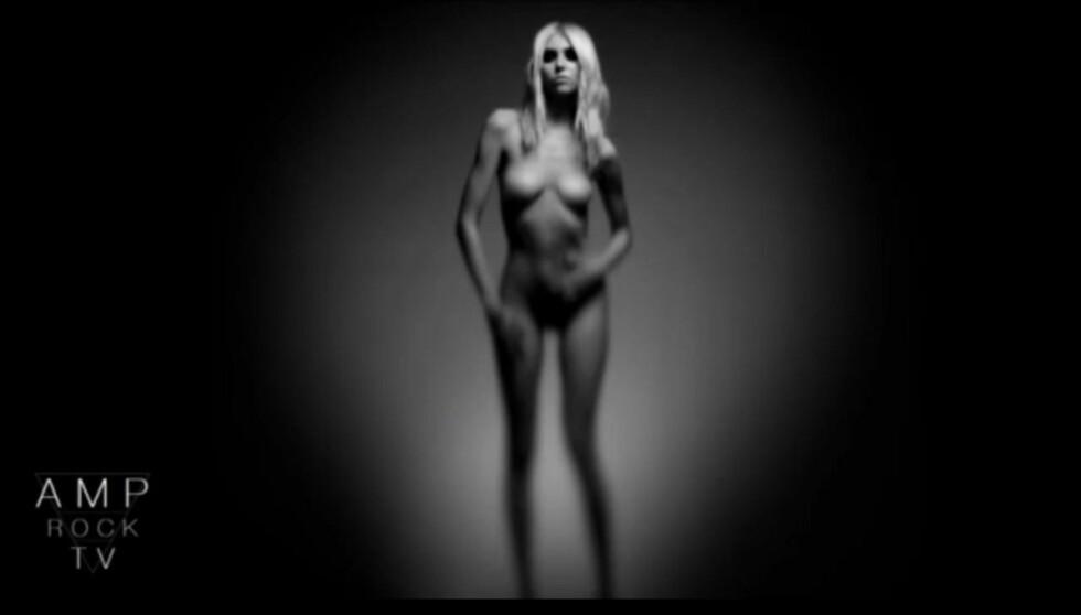 NAKEN: Taylor Momsen kaster klærne i bandets seneste video. Foto: YouTube