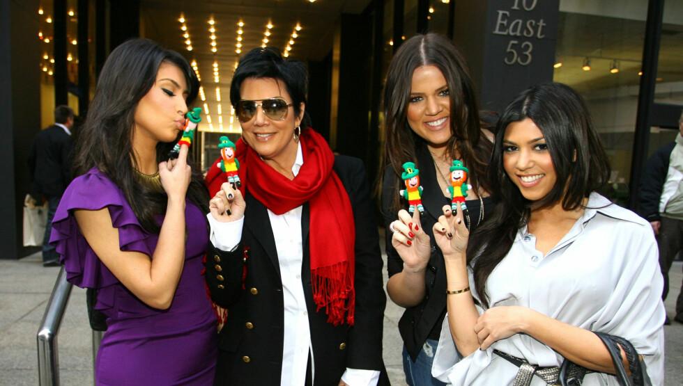 KJENDISFAMILIE: Sammen med døtrene  Kim, Khloe og Kourtney Kardashian har Kris Jenner blitt realitykjendis gjennom TV-serien «Keeping up with the Kardashians». Foto: All Over Press