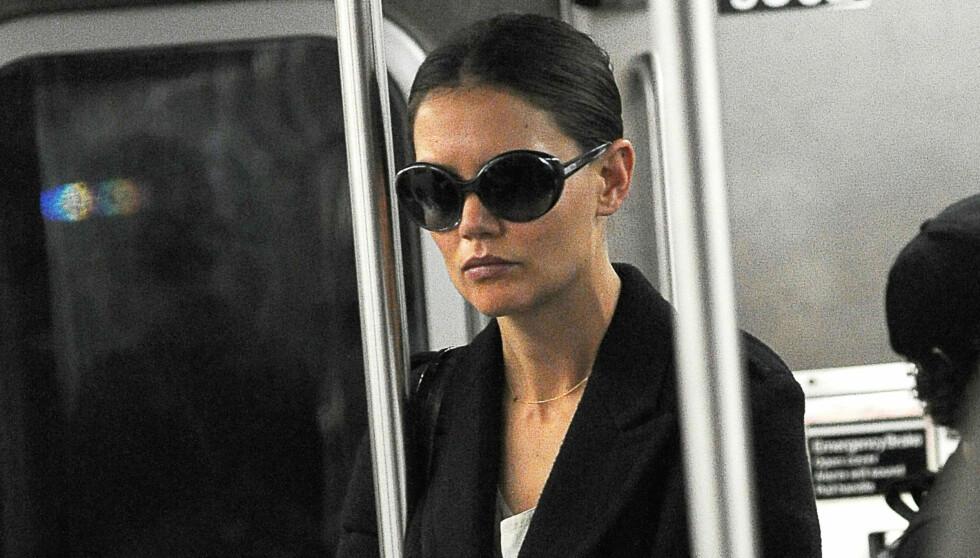 TOK T-BANEN TIL JOBB: Katie Holmes på T-banen på vei til øving for «Dead Accounts» på Manhattan.   Foto: All Over Press