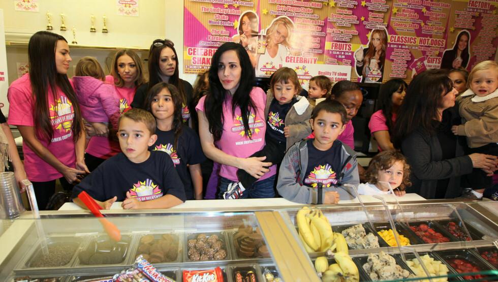 PÅ VIFT: Suleman og alle de 14 barna på iskrembar i Hollywood. Foto: Stella Pictures