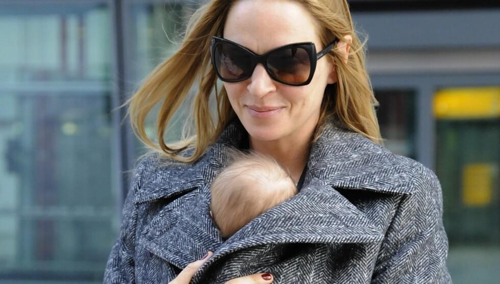 AVSLØRER NAVNET: Tre måneder etter fødselen kommer nyheten om at Uma Thurmans datter har fått navnet Rosalind Arusha Arkadina Altalune Florence Thurman-Busson, men blir bare kalt Luna. Foto: Stella Pictures Sweden