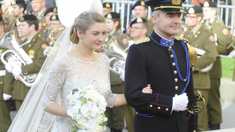 VAKKER: Stéphanie de Lannoy var svært vakker i en hvit blondekjole fra Elie Saab med over 50 000 perler og 80 000 krystaller.  Foto: FameFlynet