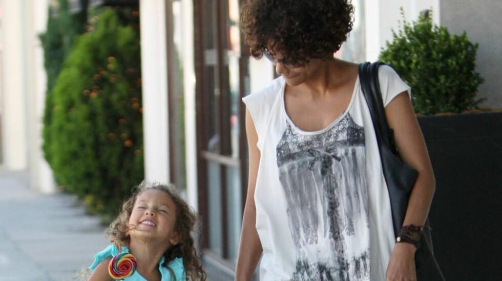 VIL BESKYTTE DATTEREN: Filmstjernen tror det er bedre for datteren Nahla å vokse opp i Frankrike. Foto: All Over Press