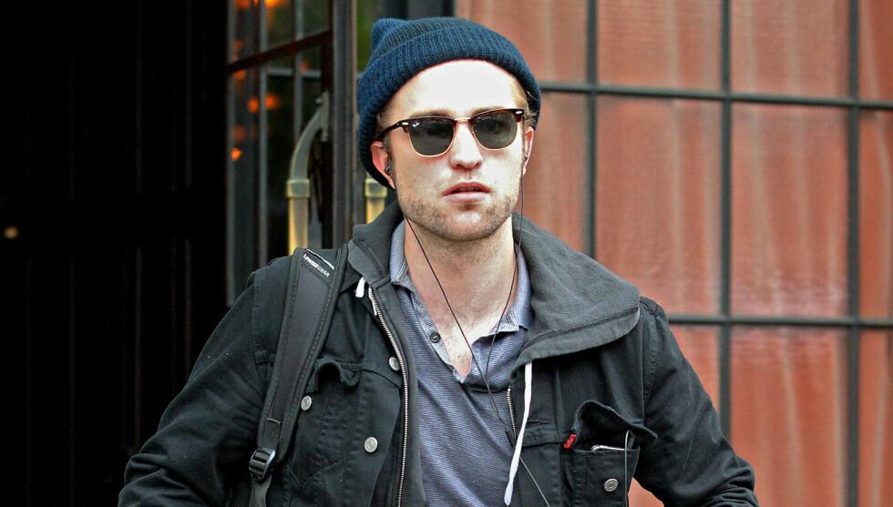 MED UKJENT BLONDINE: Robert Pattinson ble observert tett inntil en blond kvinne i flere timer natt til søndag. Foto: All Over Press