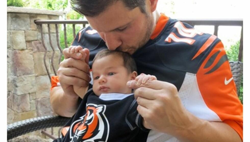 STOLT FAR: Nick Lachey ble pappa for første gang for en måned siden. Denne uken viste han frem sønnen Camden John i forbindelse med en kampanje der vaskemiddelmerket Tide oppfordrer NFL-fans til å poste sitt stolteste amerikansk fotballdrakt-øyeblikk Foto: Splash News/Tide.com/All Over Press