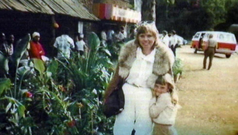 DRAMATISK OPPVEKST: Charlize Theron og hennes mor Gerda har hatt et nært forhold både før og etter natten da Gerda skjøt sin ektemann foran øynene på datteren. Her er de to sammen da Charlize var en liten jente. Foto: Fame Flynet Norway