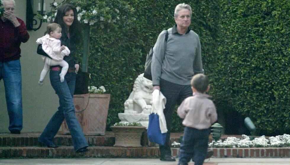 FAMILIEKOS: Catherine Zeta-Jones og Micheal Douglas er foreldre til Dylan (12) og Carys (9). Dette bildet er fra 2004, og i bakgrunnen skimtes bestefar Kirk Douglas. Foto: Fame Flynet