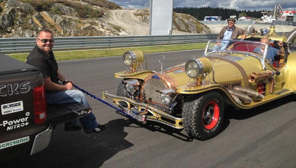 MÅ UTSETTE: Flåklypa Grand Prix-bilen Il Tempo Gigante er blant innslagene i sesongen av «Garasjen» som nå er utsatt. Her er Asgeir i aksjon under innspillingen. Foto: Sølve Hindhamar/Seoghør.no