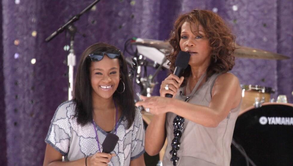 DEN GANG DA: I 2009 sto Bobbi Kristina og Whitney Houston på scenen sammen under et arrangement i Central Park i New York - lite visste den unge jenta at den verdensberømte moren skulle dø fra henne tre år senere. Foto: Fame Flynet
