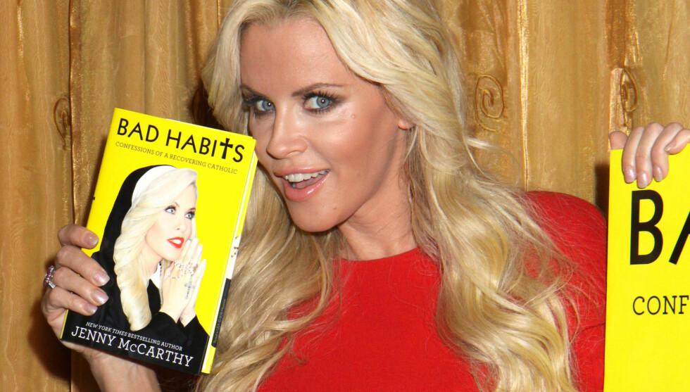 AVSLØRER: Det er i boken «Bad Habits: Confessions of a Recovering Catholic», som nylig ble sluppet ut på det amerikanske markedet, at den tidligere Playboy-bunnien Jenny McCarthy kommer med hete avsløringer. Foto: Stella Pictures
