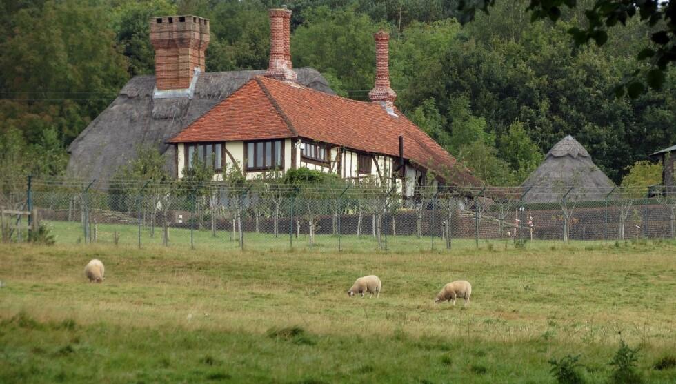FRA GRACELAND TIL BONDEGÅRD: Slik ser Lisa Marie Presleys nye hjem i Storbritannia ut. Foto: FameFlynet
