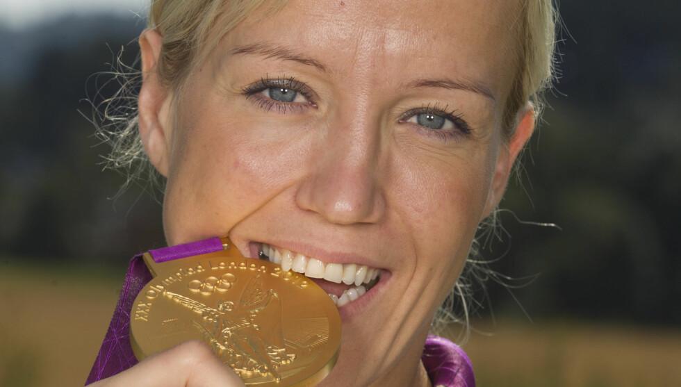 SMAKEN AV GULL: Håndballhelten Heidi Løke tar en god bit av OL-gullet hun vant under London-lekene i sommer. For fire år siden var hun ikke engang god nok for troppen. Foto: Andreas Fadum