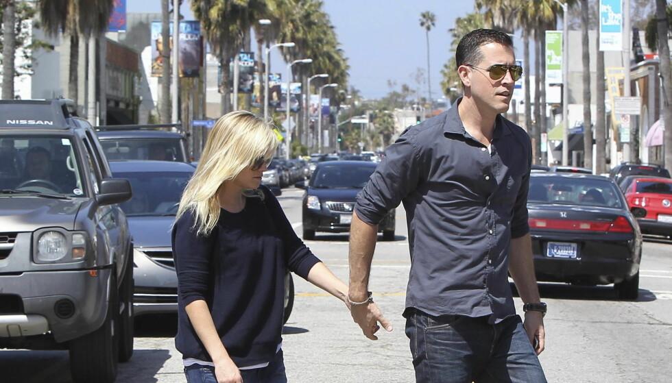 ENDELIG FORELDRE: Reese Witherspoon og ektemannen Jim Toth kunne torsdag ønske sin sønn velkommen.