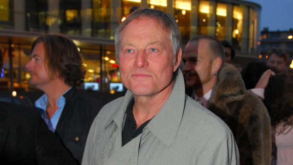 KRITISK: Bjørn Floberg har spilt i en lang rekke teater- og filmproduksjoner, men mener at ungdomsfokuset er for sterkt i norsk film i dag. Her er han avbildet på «I et speil, i en gåte»-premieren i Oslo i 2008. Foto: Stella Pictures