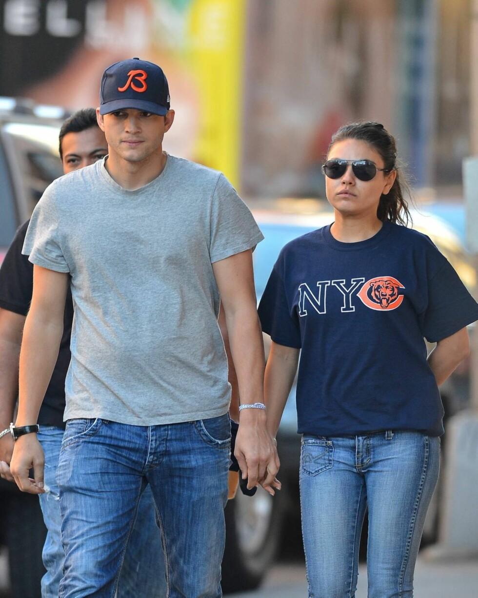 FAN: Mila Kunis er stor fan av det amerikanske fotballaget Chicago Bears, og fikk kjæresten til å bytte om fra grå t-skjorte til supporter-skjorte.  Foto: All Over Press