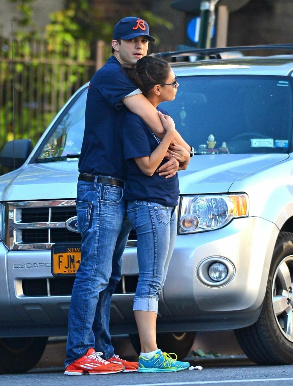 KOS: Ashton klarte ikke å holde fingrene unna sin vakre kjæreste Mila, da de to spaserte rundt i West Village i New York før fotballkampen. Foto: Fame Flynet