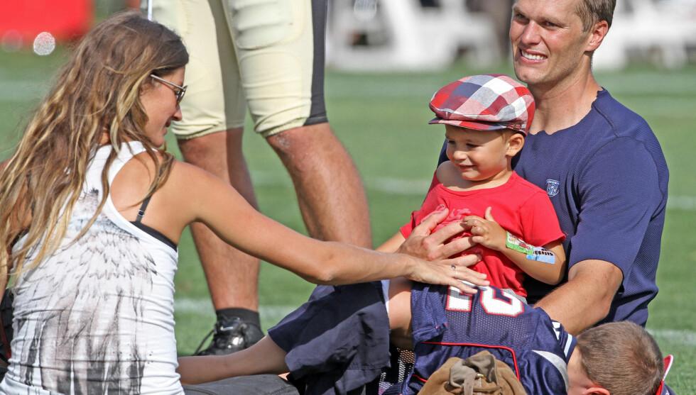 LYKKE: Gisele Bundchen og ektemannen Tom Brady koste seg med barna sine da Bradys amerikanske fotball-lag, the New England Patriots, hadde fotballtrening tidligere i høst. Foto: All Over Press