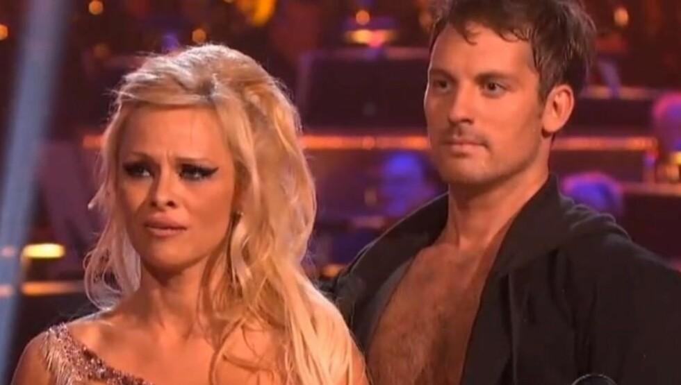 TÅRER: Pamela Anderson klarte ikke holde tårene tilbake da hun fikk dommerslagt under premieren på «Dancing with the Stars: All Stars». Foto: YouTube