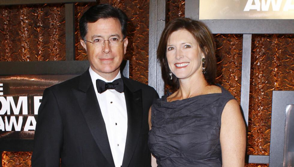MISTET TRE FAMILIEMEDLEMMER: Stephen Colbert, her med kona Evelyn McGee-Colbert mistet faren og to brødre da han var ti år gammel. Foto: Stella Pictures