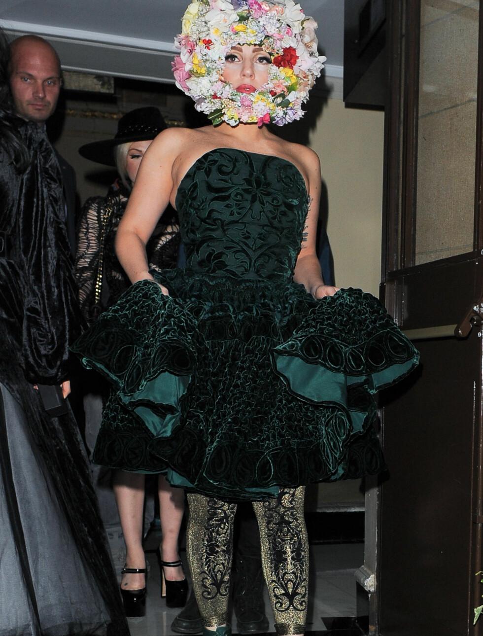 TO ÅRSTIDER: Lady Gaga veiet opp resten av antrekkets vinterlige farger og materialer med et svært så vårlig hodeplagg.    Foto: All Over Press