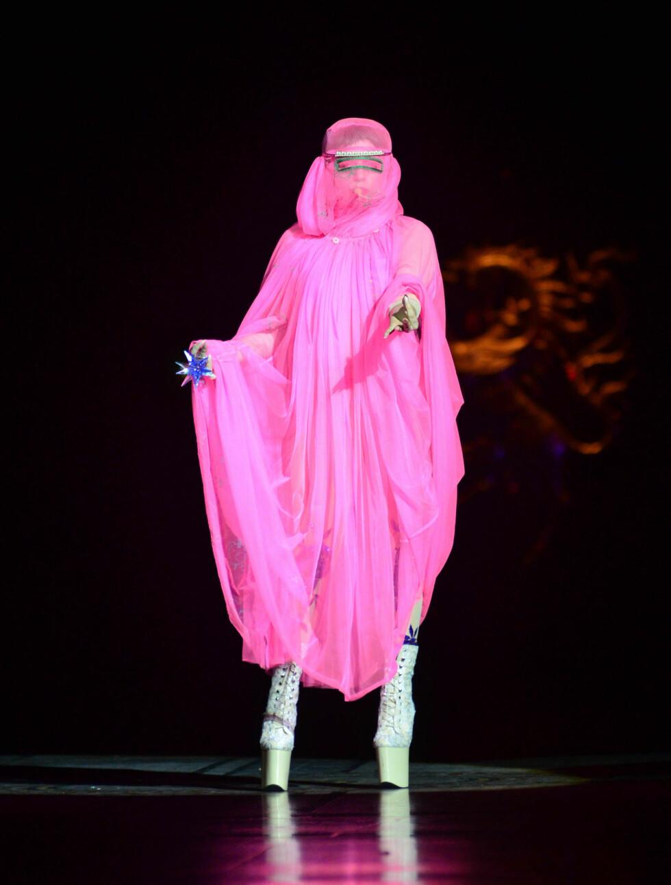 PÅ SCENEN: Iført nok et spesielt antrekk underholdt Lady Gaga også på catwalken under Philip Treacy-visningen søndag. Foto: All Over Press