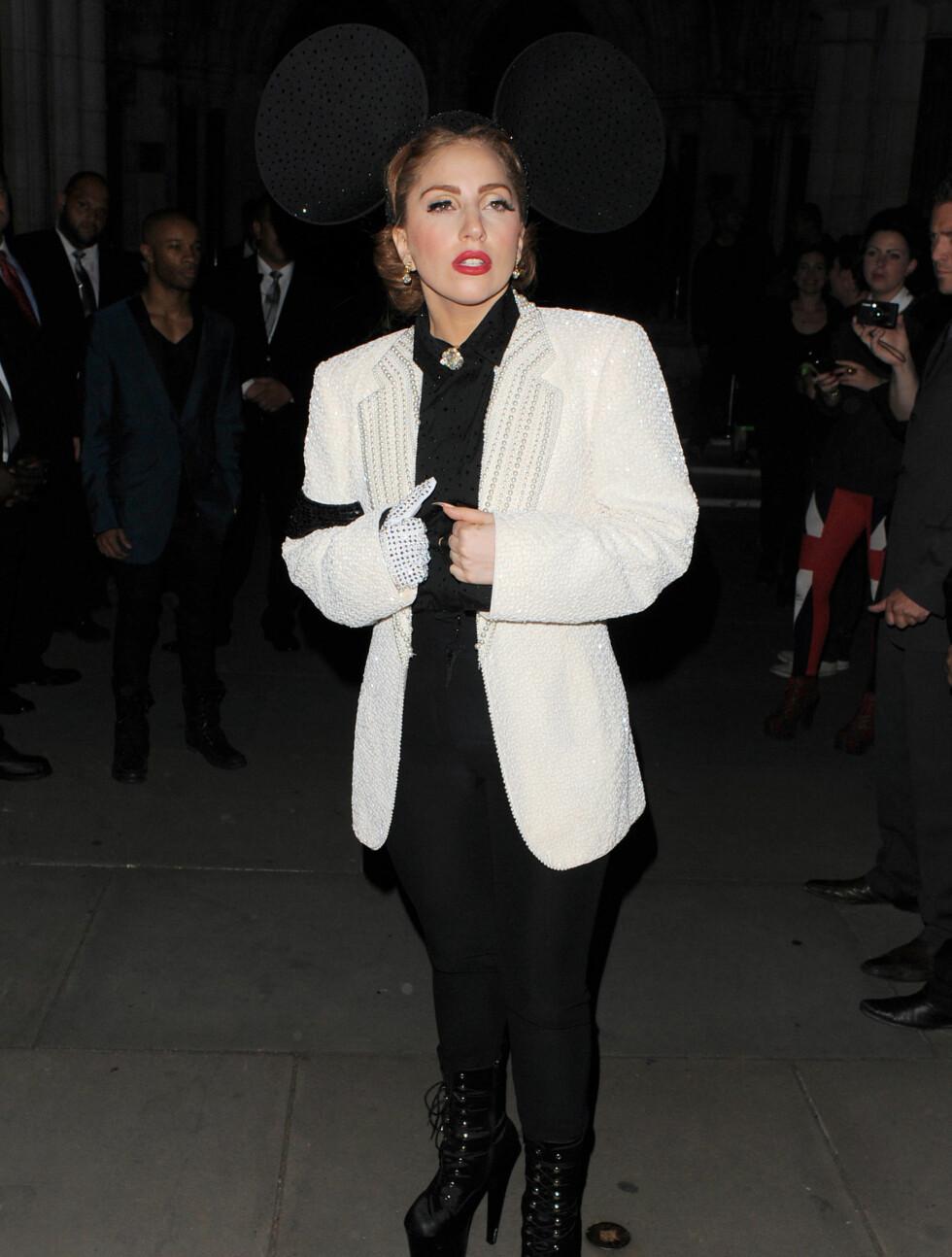 TO HELTER: Lady Gaga var inspirert av to populærkulturelle ikoner under London Fashion Week søndag - Michael Jackson (se hansken) og Mikke Mus. Foto: All Over Press
