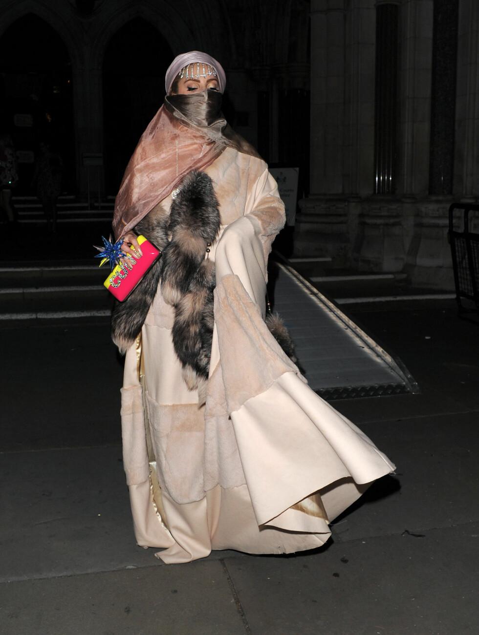 KOMFORTABELT: Lady Gaga forlot Philip Treacy-showet i et Østen-inspirert antrekk som ut til å være satt sammen av deilige pledd og skjerf.  Foto: All Over Press