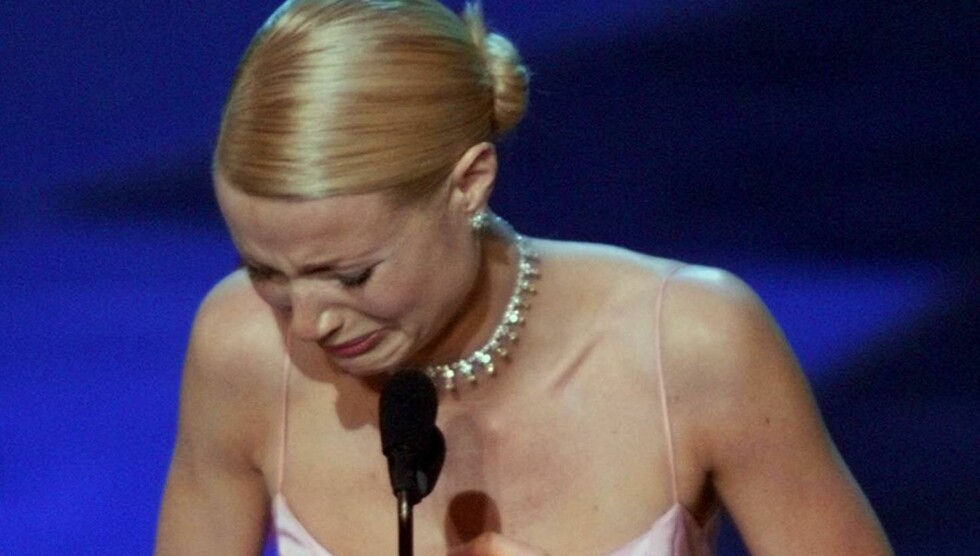 TÅRENE TRILLET: Paltrow kjempet mot tårene da hun snakket om faren Bruce, som tapte kampen mot kreften i 2002. Foto: AP