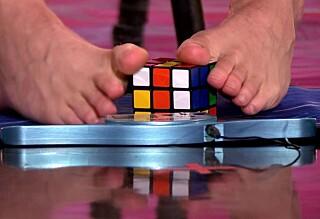 Løser Rubiks kube med føttene