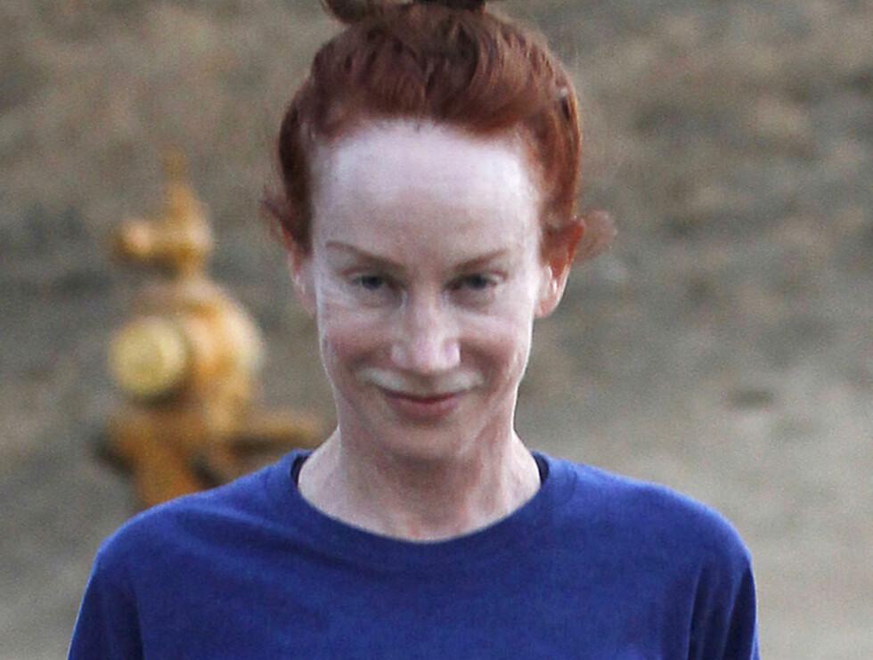 UTEN SMINKE: Kathy Griffin brydde seg ikke om fotografene og smilte under treningsturen med kjæresten Randy Bick. Foto: Stella Pictures
