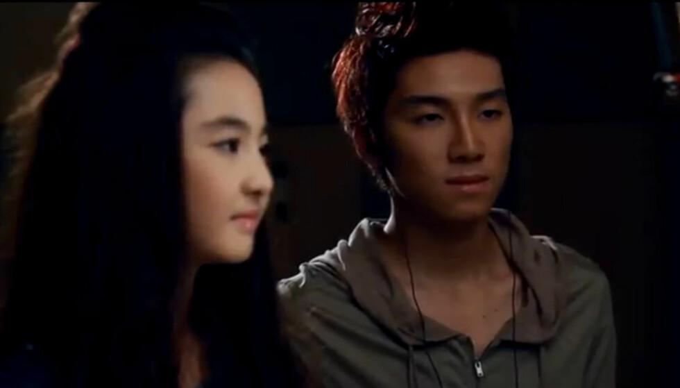 VEKKER OPPSIKT: Den kinesiske popstjernen vekker oppsikt etter at han erklærte sin kjærlighet for den 12 år gamle jenta Akama Miki. Her er de sammen i en av hans musikkvideoer. Foto: Fra musikkvideoen