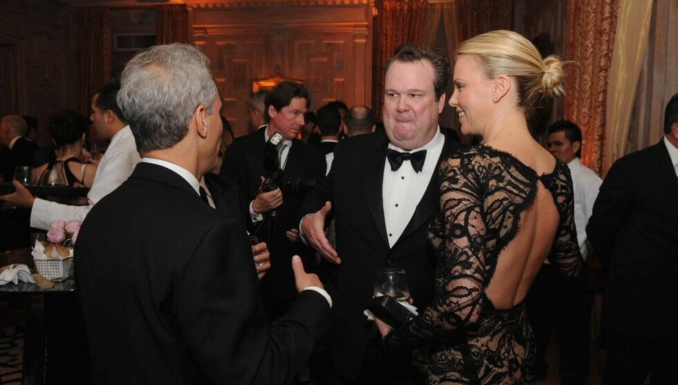 LYSTIG LAG: I april i år var Eric Stonestreet og Charlize Theron til stede da Bloomberg & Vanity Fair arrangerte cocktailmingling og storstilt middag.  Foto: All Over Press
