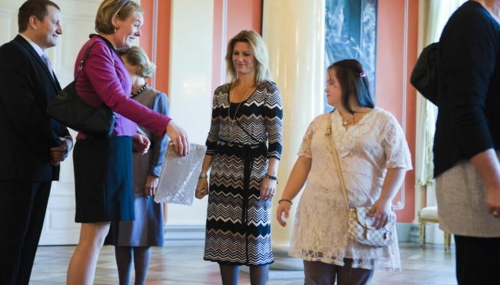FOND: Prinsesse Märtha Louise og dronning Sonja (delvis skjult) tok imot gjester på slottet i går, i forbindelse med utdelingen av «Prinsesse Märtha Louises Fond». Foto: NTB scanpix