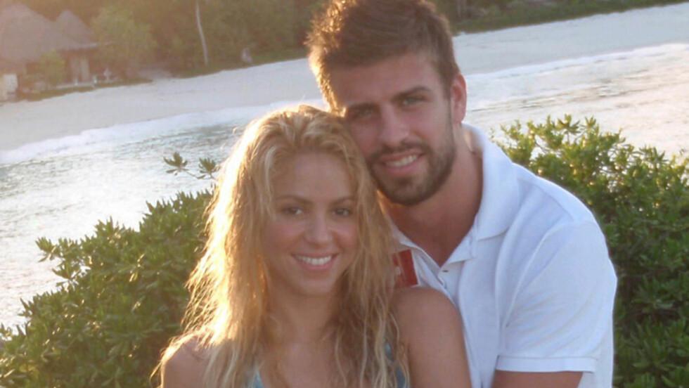 JUBLER: Shakira og Gerard Piqué er i ekstase over at de skal bli foreldre. Foto: Twitter/PLANET PHOTOS
