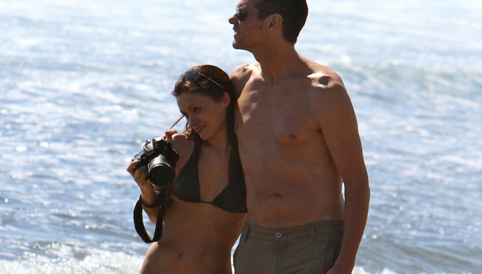 ROMANTISK: Jim Carrey, som holder på med innspillingen av «Kick-Ass 2», hadde en rolig helg på stranden i Malibu, California. Der var han i selskap med en ung brunette, som angivelig er hans nye kjæreste. Trolig er den bikinikledde skjønnheten omtre Foto: All Over Press