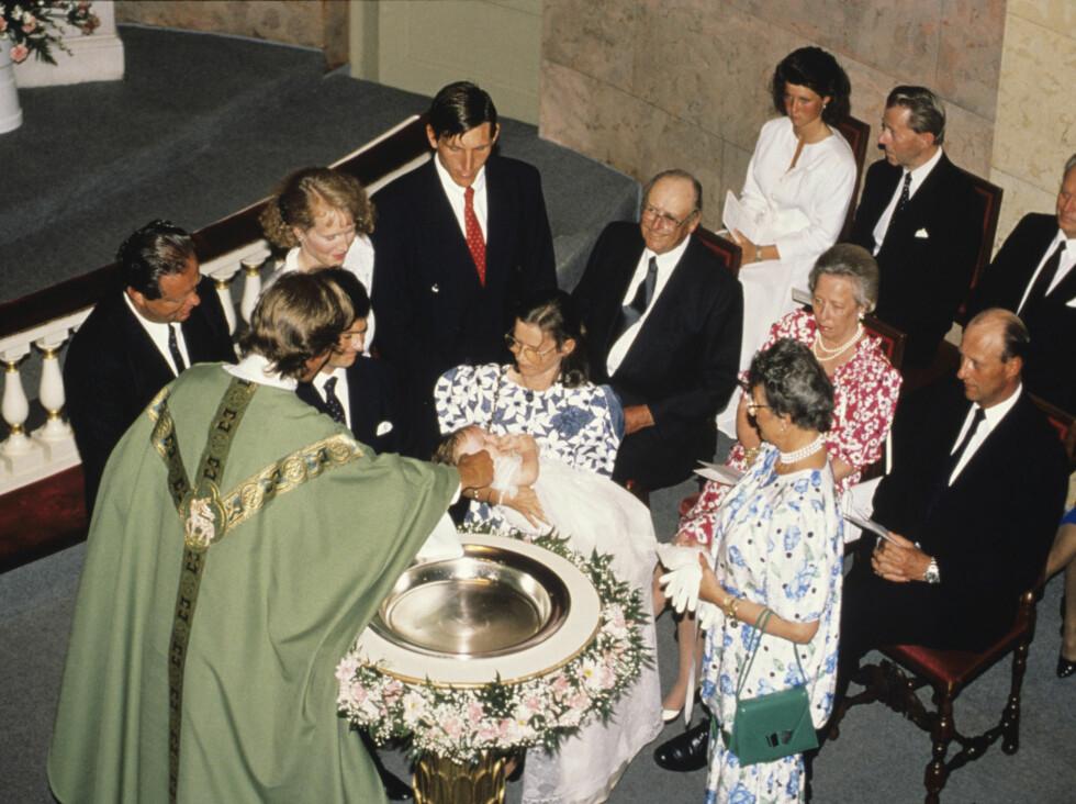 1989: Ingeborg, datteren til prinsesse Ragnhild og Erling Lorentzen, døper datteren sin Victoria Ragna Ribeiro i Slottskapellet. Her ved døpefonten foreldrene Paulo Ribeiro og Ingeborg med barnet. Til høyre prinsesse Astrid, kronprins Harald, prinsesse Foto: NTB scanpix