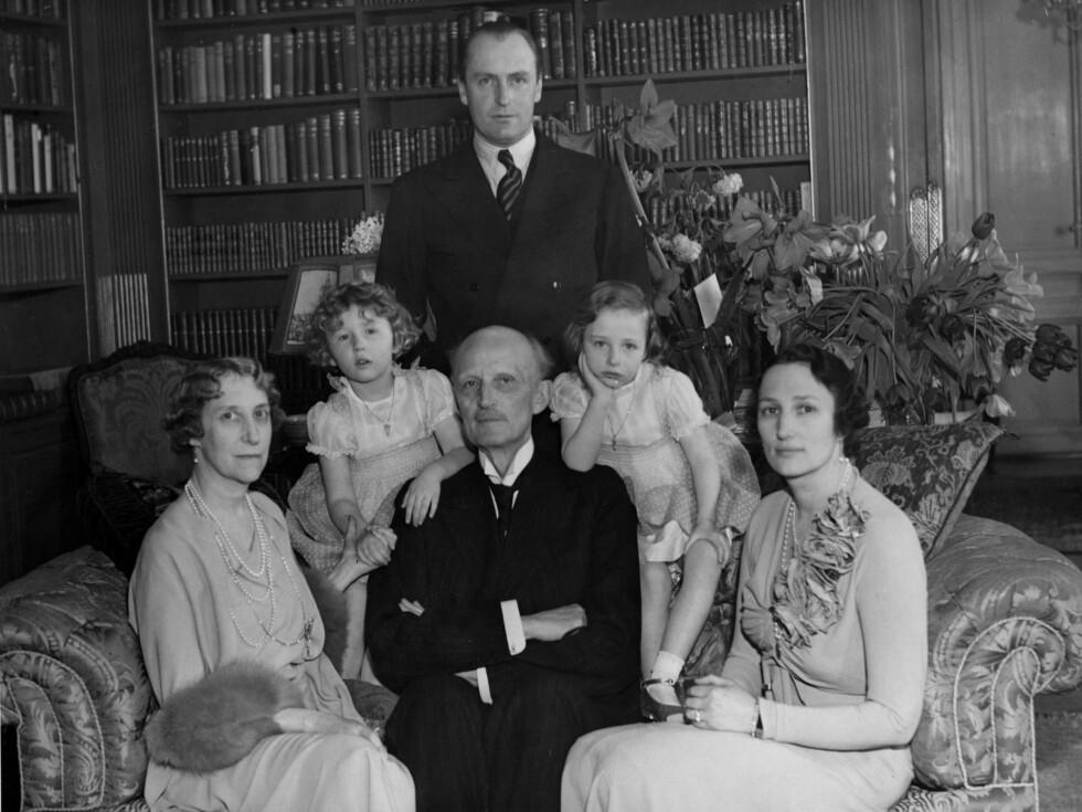 Ca 1937:  Kronprins Olav  -  bak.  Prinsesse Ingeborg, prinsesse Astrid,  prins Carl, prinsesse Ragnhild, kronprinsesse Märtha. Foto: NTB scanpix