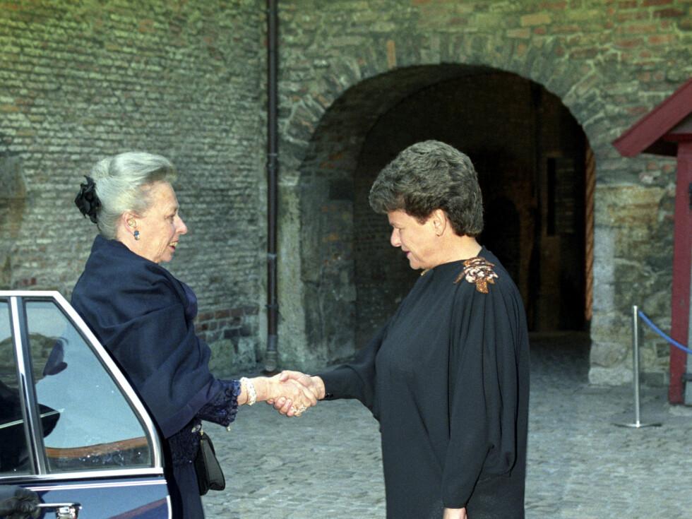1991:  Prinsesse Ragnhild fru Lorentzen ankommer offisiel middag på Akershus Festning .  Ønskes her velkommen av statsminister Gro Harlem Brundtland.   Foto: NTB scanpix