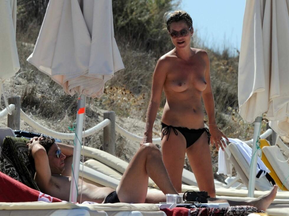 BLOTT TIL LYST: Kate Moss nølte ikke med å kaste toppen under strandferien. Foto: Stella Pictures